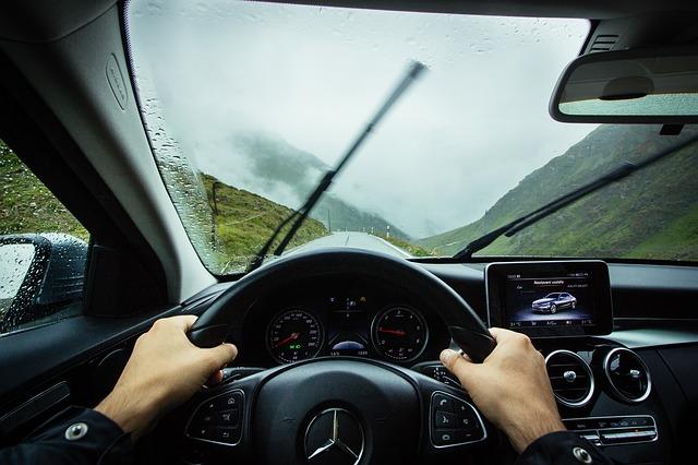 ruce na volantě