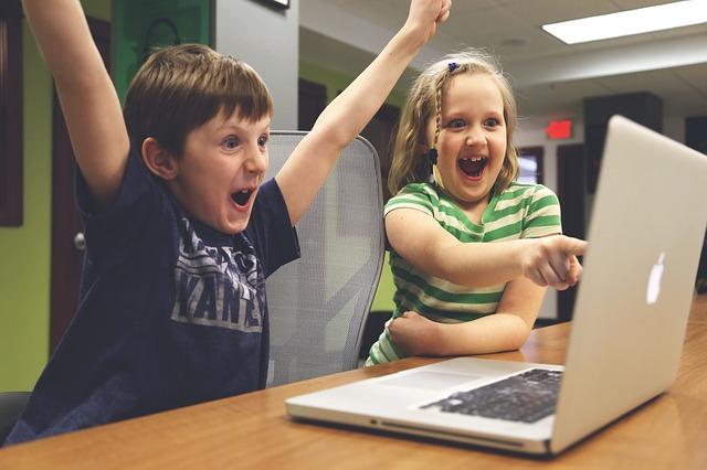 Děti u počítačové hry