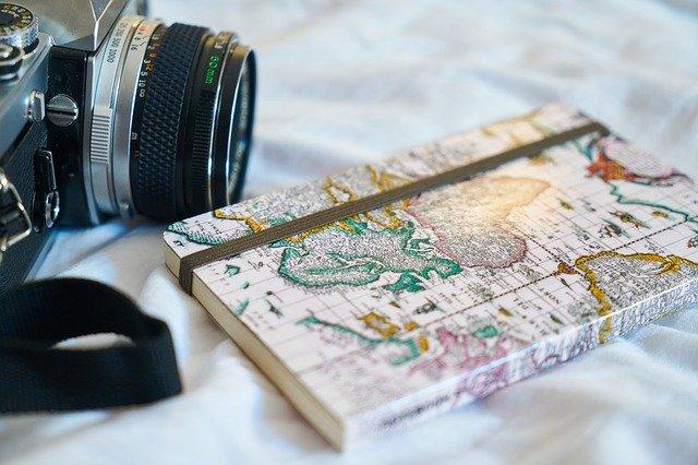 cestovatelský deník vedle foťáku