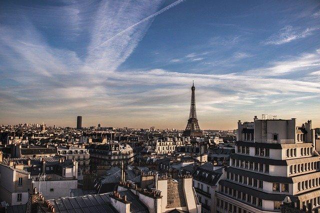 střechy domů s výhledem na Eiffelovu věž