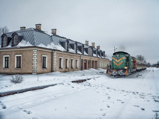 vlak vjíždějící do města