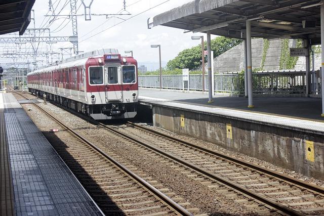 vlak přijíždějící na nástupiště