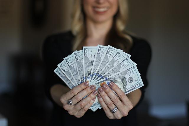 Žena s penězi